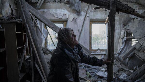 Жительница пострадавшего во время обстрела поселка  Донецкой области. Архивное фото