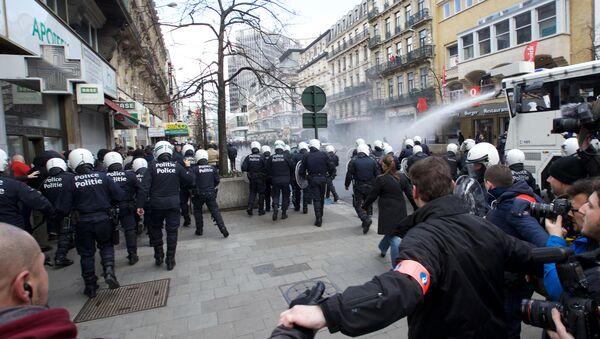 Полиция задерживает бельгийских футбольных фанатов и националистов во время манифестации в центре Брюсселя. Архивное фото
