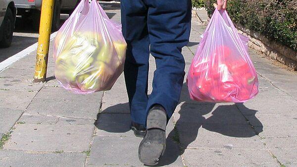 Мужчина с полиэтиленовыми пакетами. Архивное фото