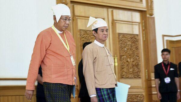 Вновь избранный президент Мьянмы Тхин Чжо (слева) и спикер нижней палаты парламента Вин Минт, 21 марта 2016 года