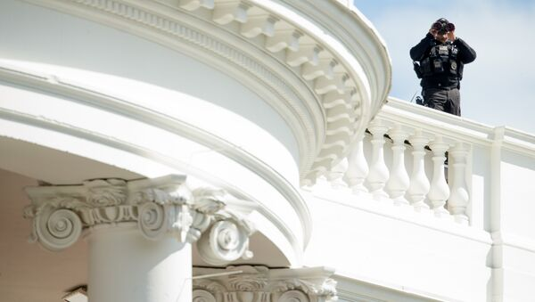 Сотрудник службы безопасности на крыше Белого Дома. Вашингтон, США