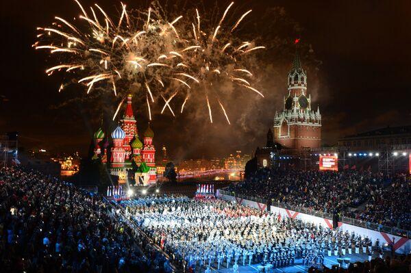 Заключительный гала-парад участников и праздничный салют на закрытии международного военно-музыкального фестиваля Спасская башня на Красной площади в Москве