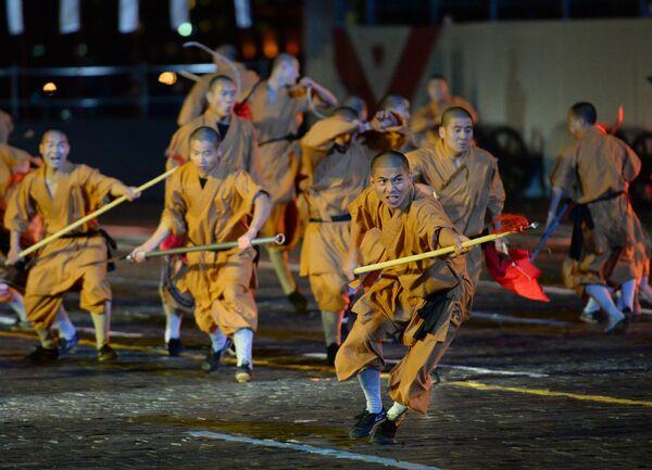 Монахи Шаолиньского монастыря (Китай) на открытии международного военно-музыкального фестиваля Спасская башня на Красной площади в Москве