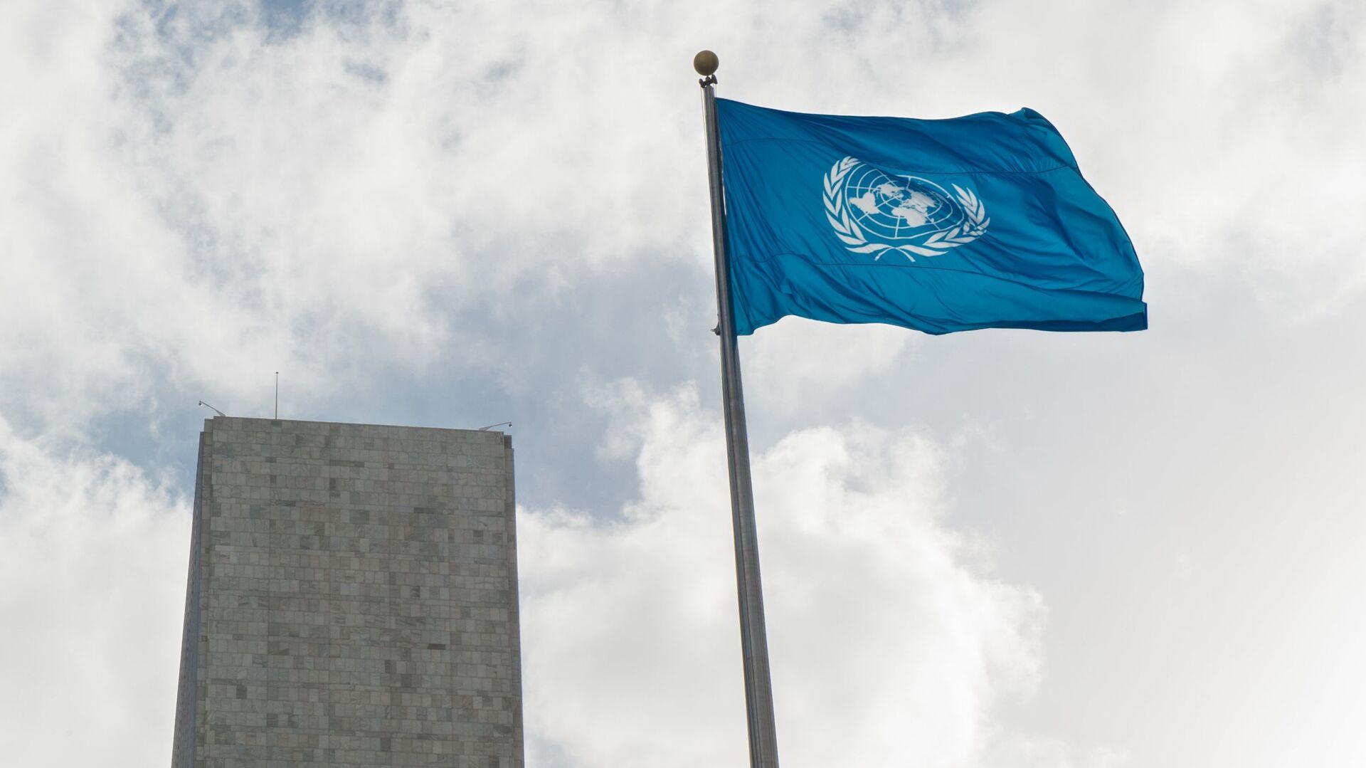 Флаг у Штаб-квартиры ООН - РИА Новости, 1920, 25.02.2021