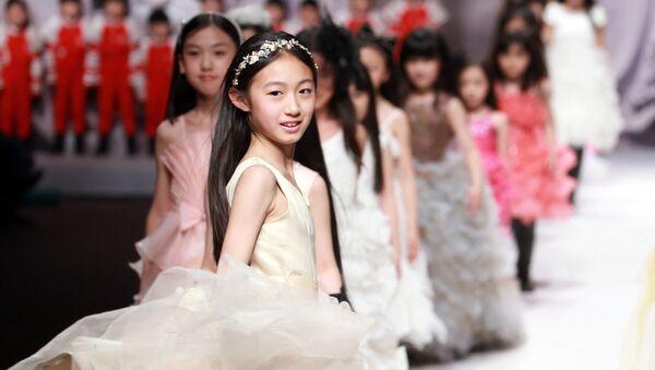 Модели на показе J.Queen & Little Queen Се Jiaqi во время недели моды в Пекине