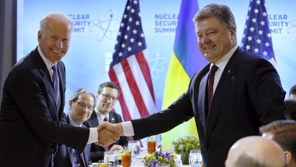 Президент Украины Петр Порошенко и вице-президент США Джозеф Байден на встрече в рамках саммита по ядерной безопасности в Вашингтоне