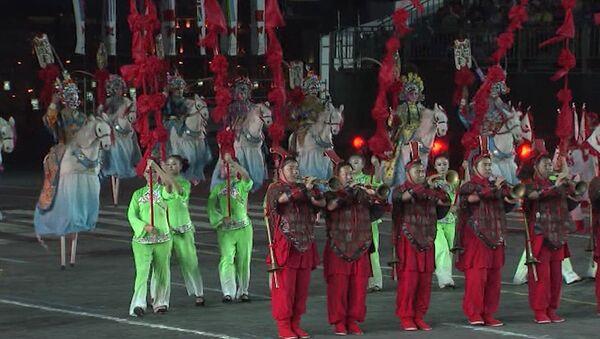 Спасская башня 2011: фланкировка, танец с флагами и кони на ходулях