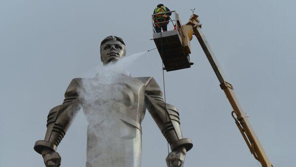 Мойка памятника Юрию Гагарину на Ленинском проспекте