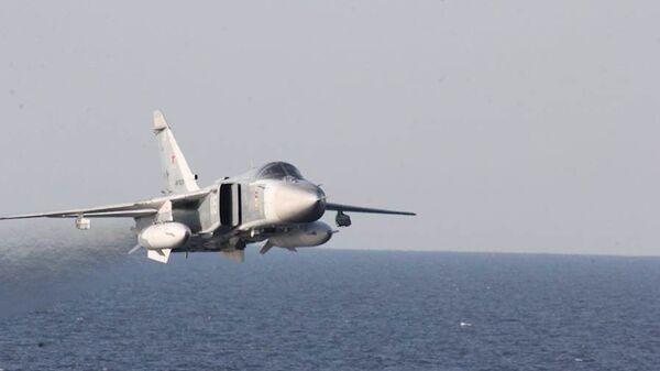 Су-24 пролетает рядом эсминцем USS Donald Cook в Балтийском море. Архивное фото