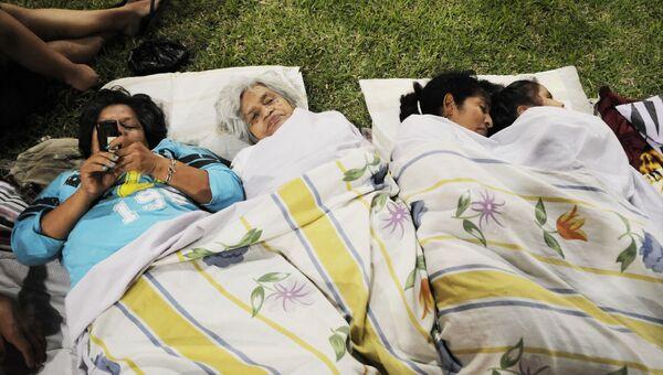 Местные жители ночуют в парке после землетрясения в Эквадоре. Архивное фото