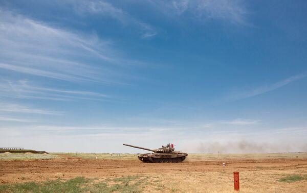 Танк Т-72Б3 на всеармейских соревнованиях по танковому биатлону на полигоне Прудбой под Волгоградом.