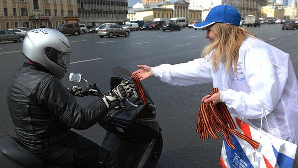 Волонтер раздает георгиевские ленточки в центре Москвы в рамках акции Георгиевская ленточка, посвященной 71-й годовщине Победы в Великой Отечественной войне.