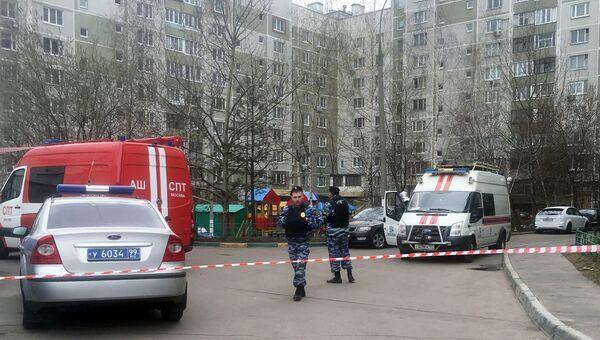 Сотрудники правоохранительных органов возле дома в Москве, где нашли склад боеприпасов