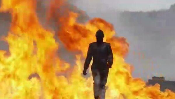 Девушка-испытатель ВПК идет по взрывающемуся полю