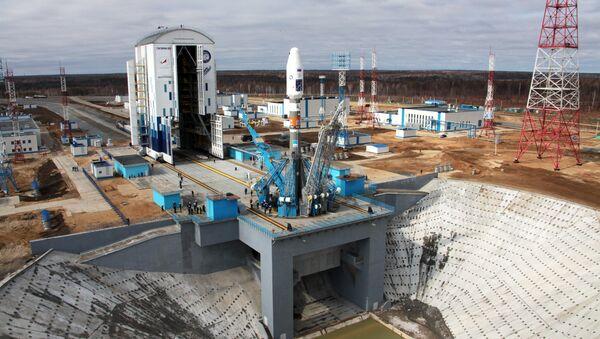 Ракета-носитель Союз-2.1а с космическими аппаратами Ломоносов, Аист-2Д и SamSat-218 в мобильной башне обслуживания установлена для первого пуска на стартовый комплекс космодрома Восточный. Архивное фото