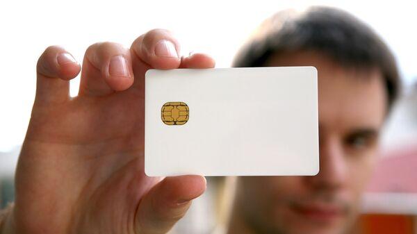 Мужчина с электронной картой. Архивное фото