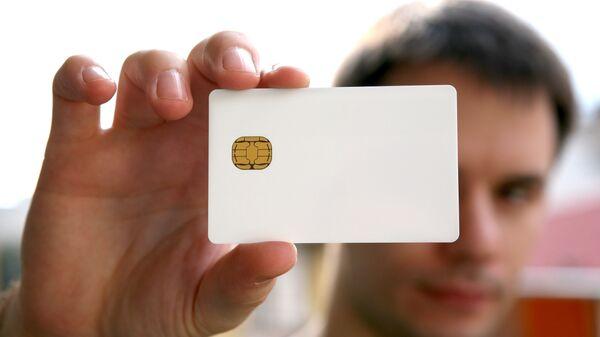 Мужчина с электронной картой
