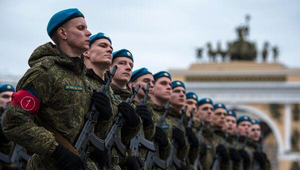 Военнослужащие во время репетиции пешей части военного парада Победы на Дворцовой площади в Санкт-Петербурге. Архивное фото