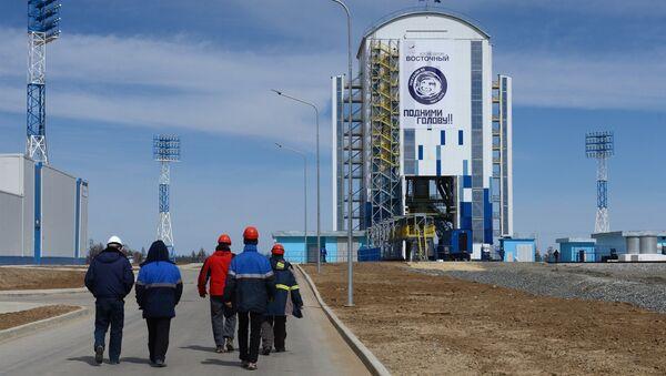 Специалисты Роскосмоса у стартового комплекса с ракетой-носителем Союз-2.1а на космодроме Восточный