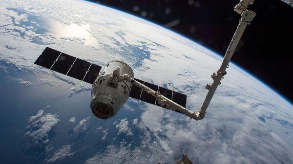 Пристыковка американского грузового корабля Dragon к МКС.