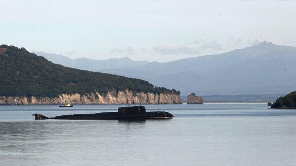 Атомная подводная лодка проекта 949 на рейде на базе 16-й Краснознаменной эскадры подводных лодок Тихоокеанского флота в Вилючинске