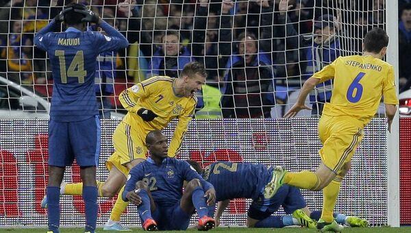 Игроки сборной Украины Андрей Ярмоленко (второй слева) и Тарас Степаненко (справа) радуются забитому мячу в ворота сборной Франции. Архивное фото