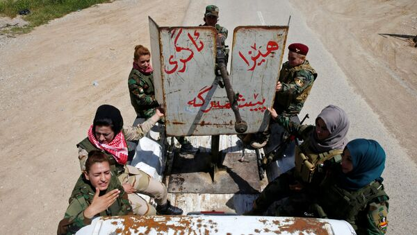 Курдские женщины-солдаты недалеко от линии фронта близ Мосула