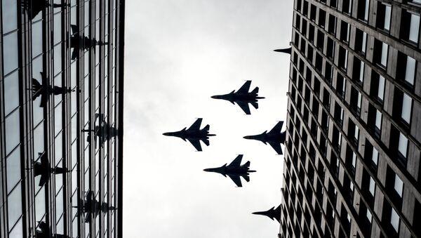 Истребители-бомбардировщики Су-34 и многоцелевые истребители Су-30 СМ на тренировке групп парадного строя авиации к параду Победы. Архивное фото