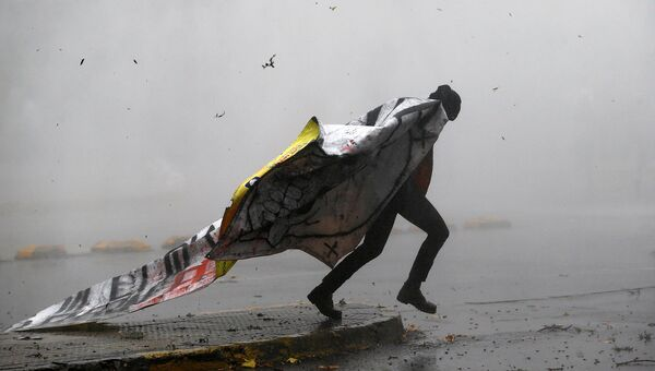 Протестующий студент во время столкновений в Сантьяго. Май 2016