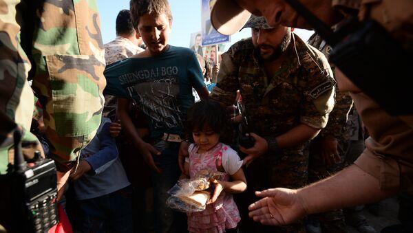 Жители в Сирии во время раздачи российской гуманитарной помощи. Архивное фото
