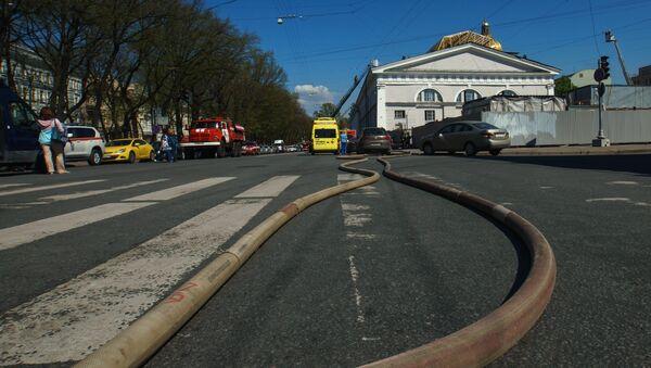 Сотрудники МЧС ликвидируют пожар на крыше здания Центрального выставочного зала Манеж в Санкт-Петербурге