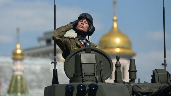 Военнослужащий во время военного парада на Красной площади в честь 71-й годовщины Победы в Великой Отечественной войне 1941-1945 годов