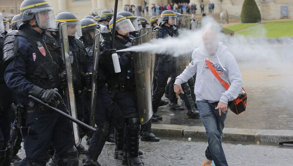 Полиция распыляет газ из перцового баллончика в одного из протестующих против трудовой реформы в Париже. Архивное фото