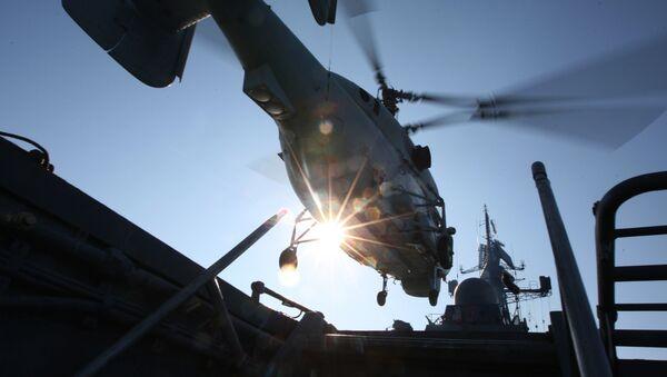 Взлет противолодочного вертолета с палубы сторожевого корабля Балтийского флота. Архивное фото
