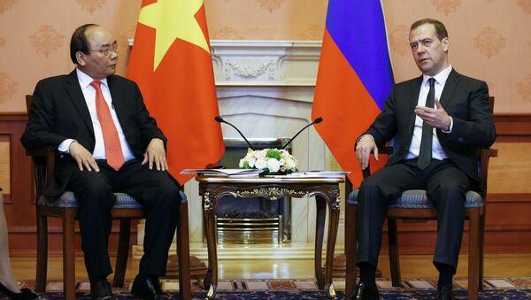 Председатель правительства России Дмитрий Медведев и премьер-министр Вьетнама Нгуен Суан Фук во время встречи в Доме приемов российского правительства