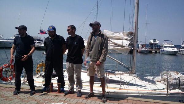Экипаж яхты Элфин, задержанной в КНДР