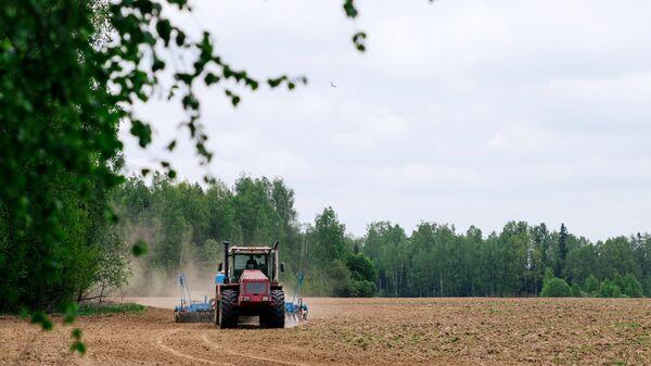 Весенние полевые работы на полях ЗАО Вергуза в Ивановском районе Ивановской области