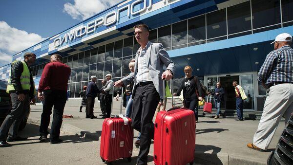 Туристы, прибывшие на отдых в Крым. Архивное фото