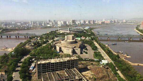 Вид на Пхеньян с одного из современных высотных зданий города. Архивное фото
