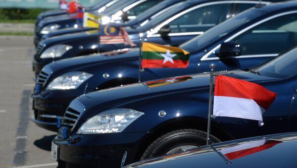 Автомобили глав делегаций - участников саммита Россия — АСЕАН возле здания конгресс-центра в Сочи. Архивное фото