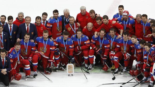 Игроки сборной России с Кубком за третье место чемпионата мира по хоккею