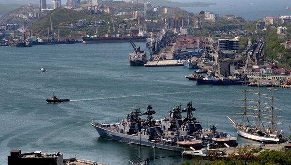 Большой противолодочный корабль Адмирал Пантелеев (на первом плане) и парусник Надежда (справа) и корабли Тихоокеанского флота. Архивное фото