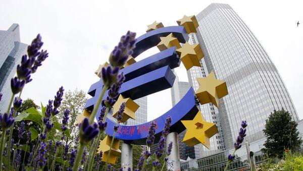 Скульптура, символизирующая евро, возле здания Европейского центрального банка (ЕЦБ) во Франкфурте, Германия. Архивное фото