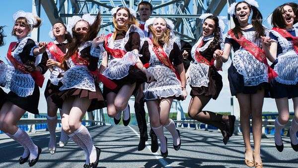 Выпускники во время праздника Последний звонок в городе Тара Омской области