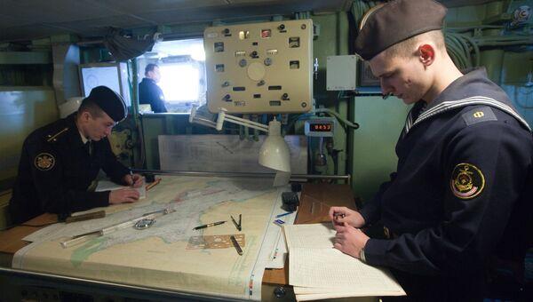 Матрос и офицер большого противолодочного корабля Вице-адмирал Кулаков. Архивное фото