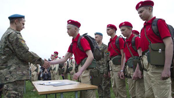 Торжественный прием школьников в возрожденное молодежное военно-патриотическое движение Юнармия. Архивное фото