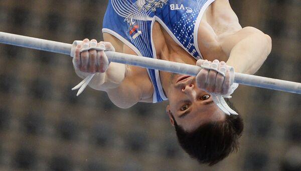 Николай Куксенков (Россия) выполняет упражнения на перекладине. Архивное фото
