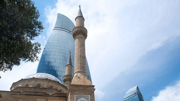 Sehidler Mescidi мечеть рядом с комплексом Башни пламени в Баку. Архивное фото