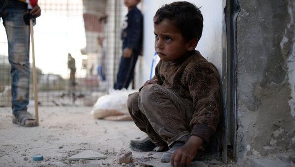 Жители населенного пункта Каукаб в Сирии во время раздачи гуманитарной помощи. Архивное фото