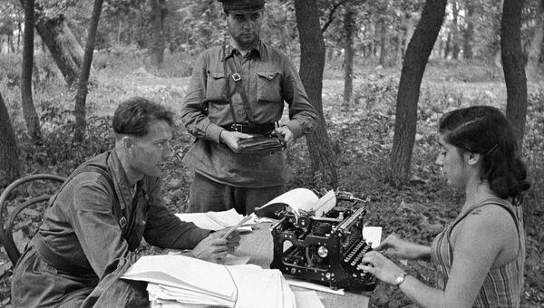 Военные корреспонденты армейской газеты Защитник Родины готовят статьи для очередного выпуска газеты